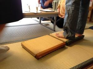 藁の畳床と、発泡スチロールの畳床。柔らかさが全然違います・・・!